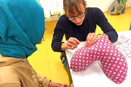 Nachbarschaftstreff Giesing: Kissen nähen für Brustkrebspatientinnen im Nähtreff